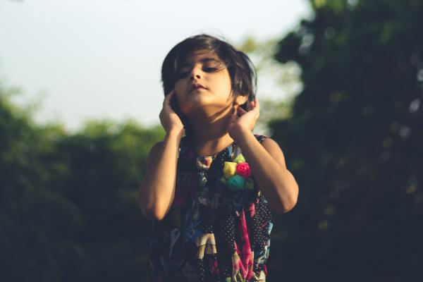 Kind beim Sonnen